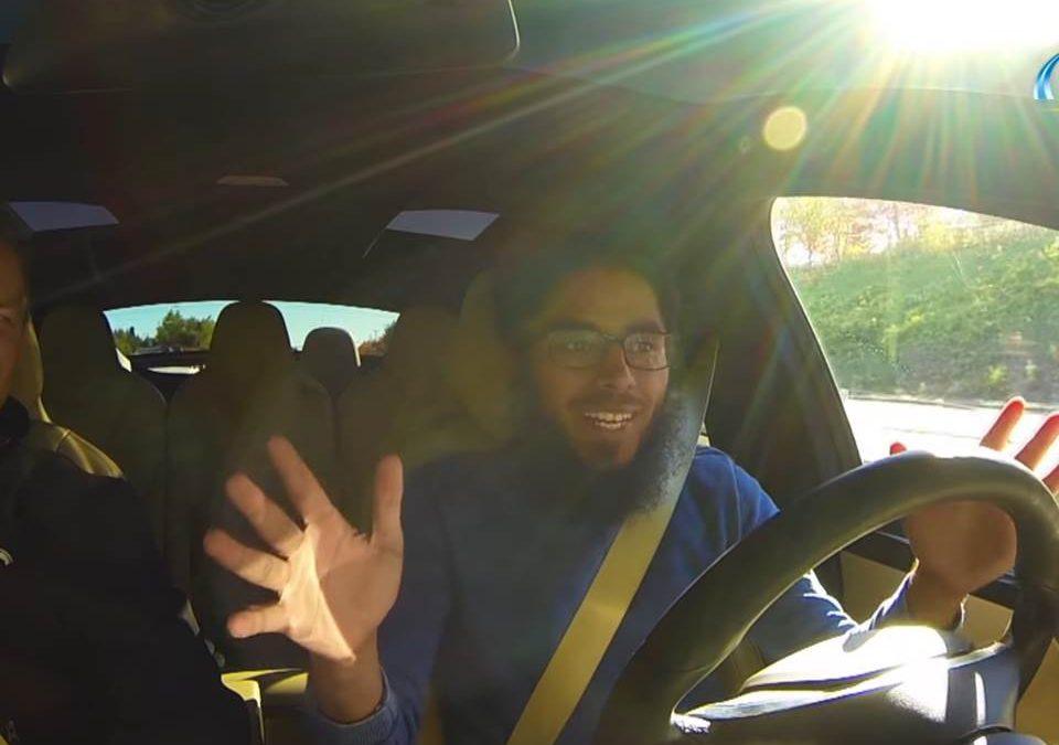 """تجربة """"تيسلا"""" أذكى وأسرع سيارة كهربائية في العالم!"""